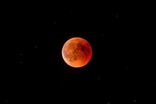La plus longue éclipse totale de Lune du 21e siècle a eu lieu le 27 Juillet 2018. Elle a rendu rouge le satellite de la Terre.