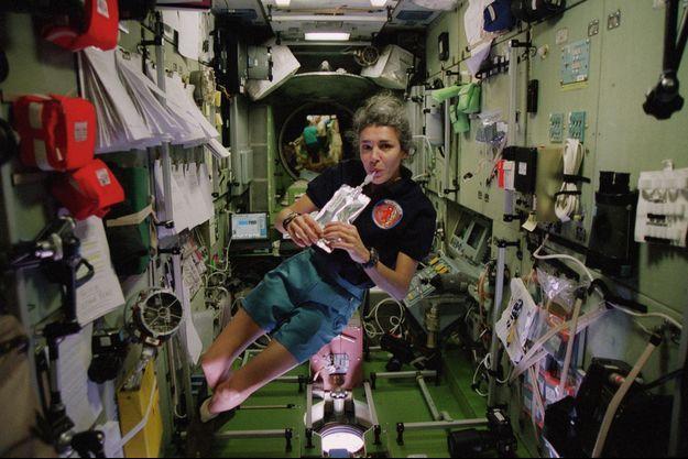 En apesanteur dans l'ISS pendant la mission Andromède. En 2001, à 44 ans, elle a cinq ans d'expérience de spationaute.