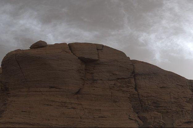 Le rover Curiosity Mars de la NASA a photographié ces nuages juste après le coucher du soleil le 19 mars 2021. L'image est composée de 21 photos individuelles assemblées et colorées pour que la scène apparaisse comme elle apparaîtrait le ferait à l'œil humain.