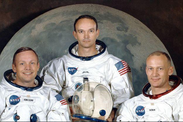 Michael Collins au centre, entouré de Neil Armstrong (à dr.) et Buzz Aldrin, sur la photo officielle de la mission Apollo 11.