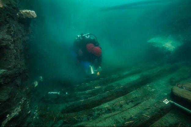 Ce navire à fond plat, doté de rames larges, d'un mât et de voiles, mesurait 25 mètres de long et était utilisé pour la navigation dans le delta du Nil.