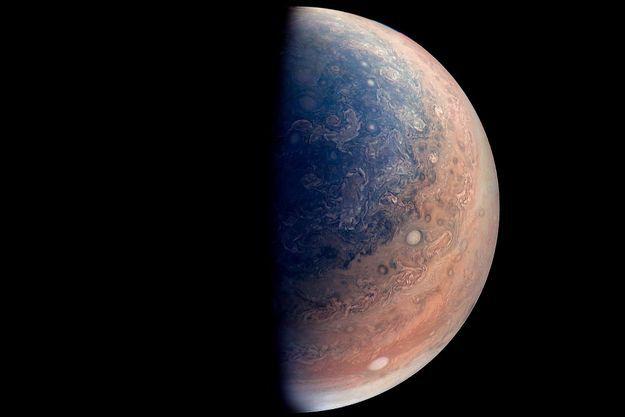 Jupiter, photographiée par Juno à 52 000 kilomètres.