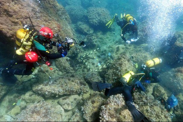 Les plongeurs de l'université d'Alicante au large de Xàbia.
