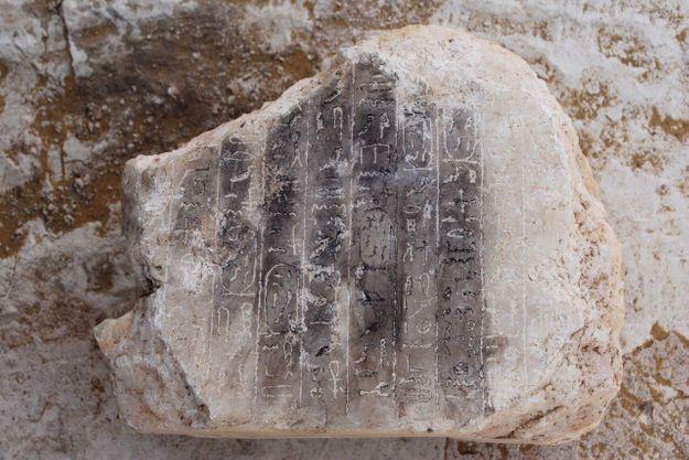 Dans la pyramide: un petit bloc en albâtre noirci, affichant des inscriptions en hiéroglyphes.