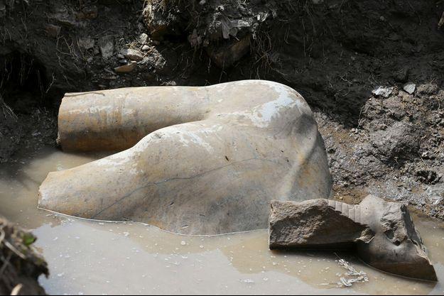 Un morceau du colosse, récemment découvert au Caire.