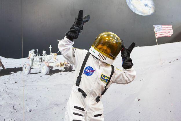Un enfant dans un déguisement d'astronaute.