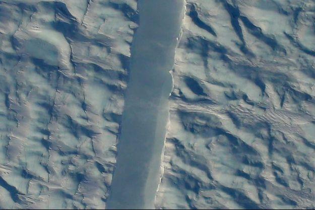 La faille récemment photographiée par la Nasa fait plusieurs kilomètres de long.