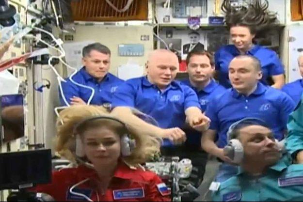 Ioulia Peressild (en bas à gauche) aux côtés des astronautes de l'ISS.