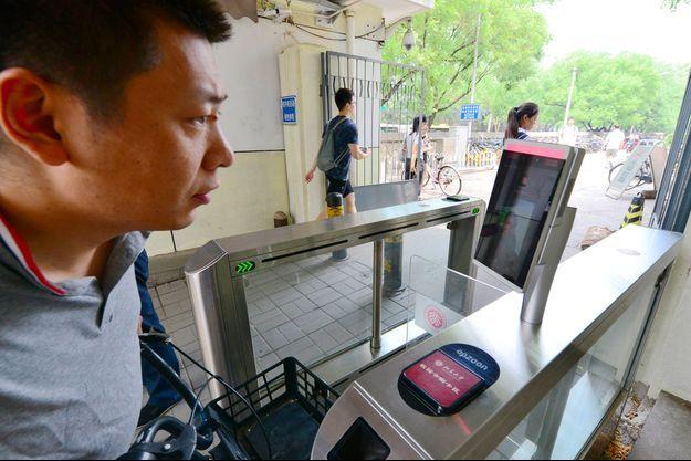 Un dispositif de reconnaissance faciale utilisé dans une université en Chine.