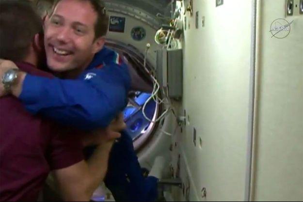 Thomas Pesquet accueilli par les trois équipiers déjà présents sur la Station spatiale internationale.