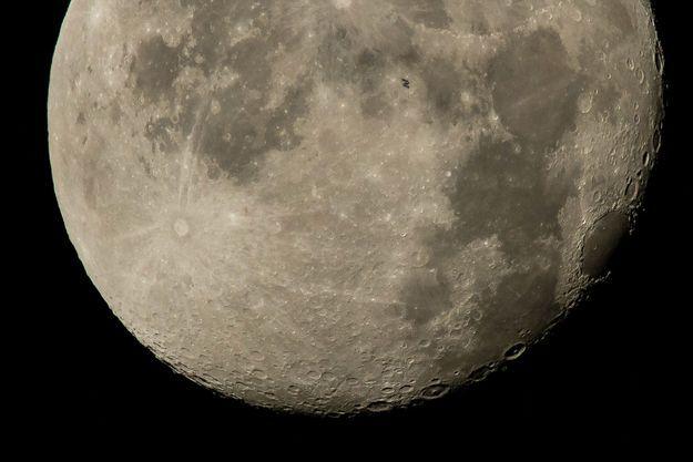 La station spatiale internationale (ISS) est en train de passer devant la Lune.