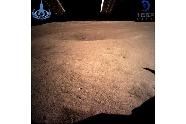 La première image de la Lune de la sonde Chang'e-4, révélée le 3 janvier 2019.