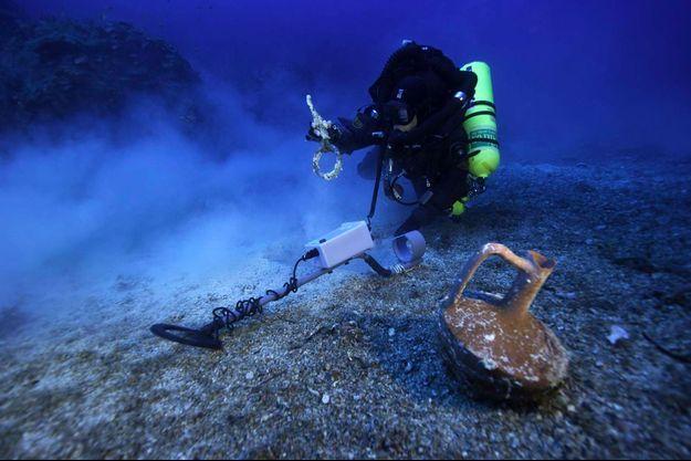 L'archéologue Brett Seymour sur le site archéologique d'Anticythère