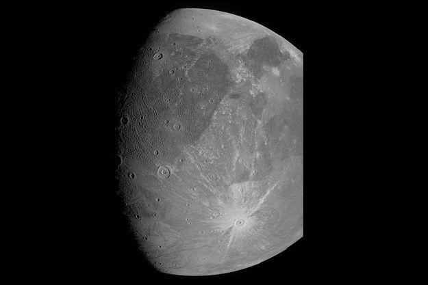 Photo de Ganymède obtenue par l'instrument JunoCam lors d'un survol de la sonde Juno, le 7 juin 2021.