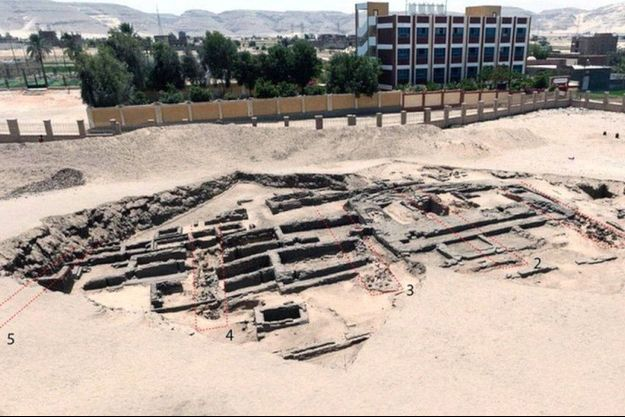 Le site de la brasserie d'Abydos est divisé en huit sections longues de 20 mètres contenant chacune 40 grands pots d'argile remplis d'eau et de grains