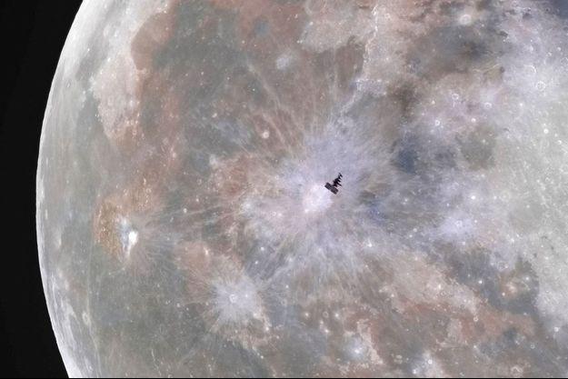 La Station spatiale internationale (ISS) devant la Lune.
