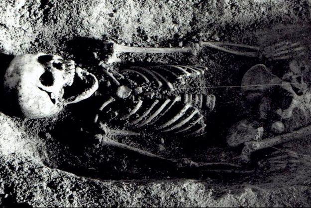 Le corps de la jeune fille tel qu'il a été découvert dans la grotte de Tunel Wielki.