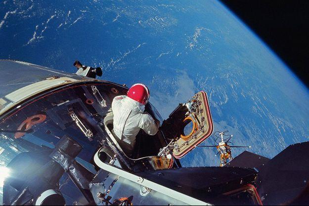 Lors d'une sortie extravéhiculaire d'un astronaute de la Nasa.