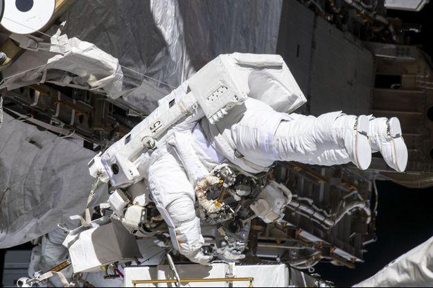 Lors de la sortie extravéhiculaire des deux astronautes de la Nasa, Christina Koch et Jessica Meir.