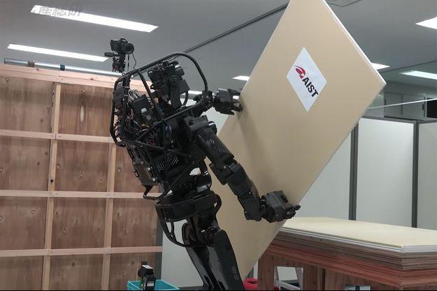 Le robot HRP-5P en action.