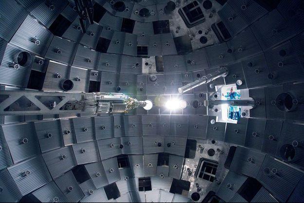 Sous le regard de l'ingénieur Eric Journot, dans la chambre d'expériences, un bras articulé (à gauche) positionne au dixième de millimètre près une cible minuscule. Elle sera bombardée ensuite de rayons laser émis depuis les hublots.