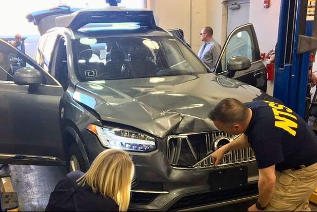 Le véhicule impliqué dans l'accident de Tempe, examiné par les enquêteurs du National transportation safety board, organisme public chargé d'élucider les circonstances du drame.