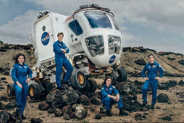 Dans la zone qui imite le relief de Mars, devant un véhicule d'exploration spatiale, de g. à dr.: Jessica Meir, Anne McClain, Christina Koch et Nicole Mann.