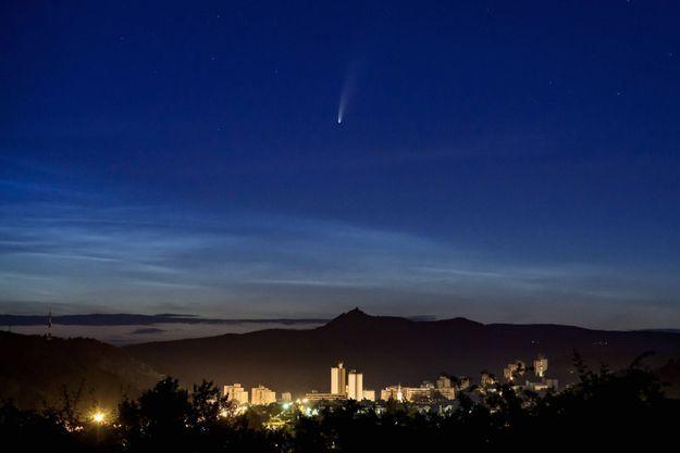 La comète C/2020 F3 NEOWISE, vue depuis Salgotarjan en Hongrie.