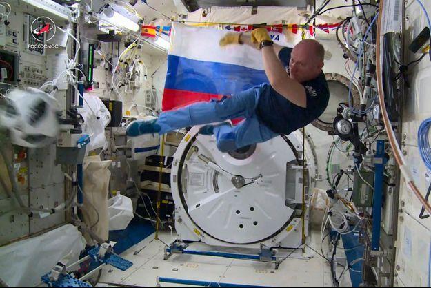 L'astronaute russe Oleg Artemiev joue au foot dans la Station spatiale internationale.