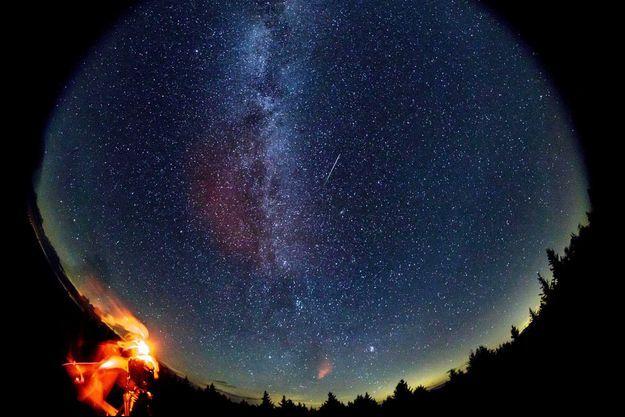 Lors d'une veillée pour observer les étoiles filantes.
