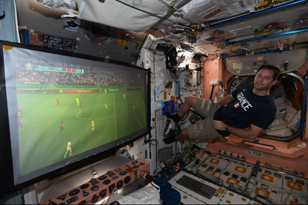 Thomas Pesquet dans l'ISS devant le match de l'Euro 2020 France-Portugal.