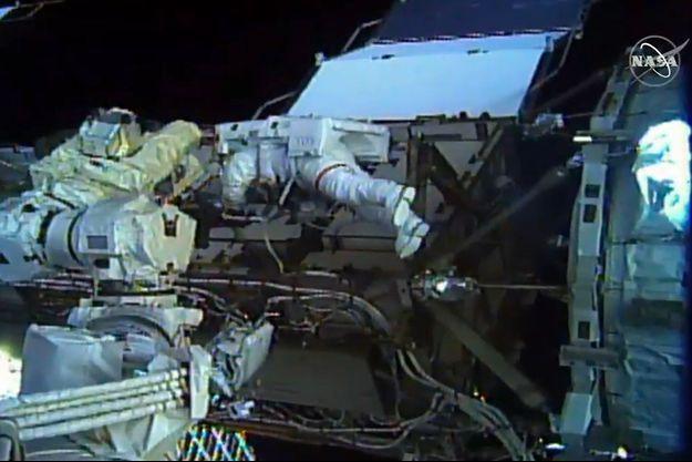 Lors de la sortie extra-véhiculaire des deux astronautes de l'ISS.