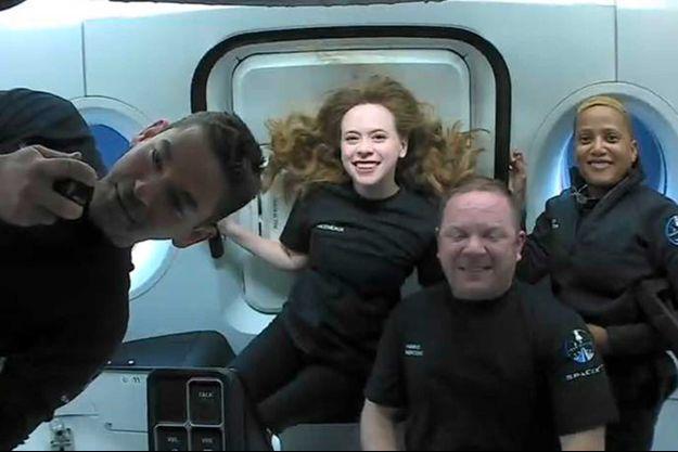 Le milliardaire Jared Isaacman, l'assistante médicale Hayley Arceneaux, l'ingénieur aéronautique Chris Sembroski et l'enseignante en sciences Sian Proctor tournent en orbite à 590 kilomètres d'altitude.