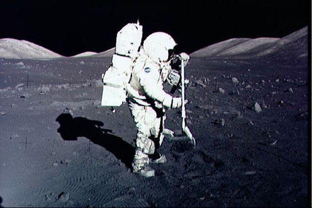 Harrison Schmitt collecte des morceaux de Lune, en 1972.