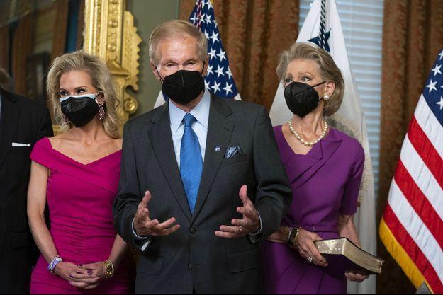 Bill Nelson entouré de sa femme et sa fille.