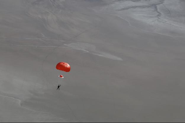 Sur cette photo que vous découvrez en exclusivité sur parismatch.com, le pilote survivant a pu s'éjecter et ouvrir son parachute à temps.