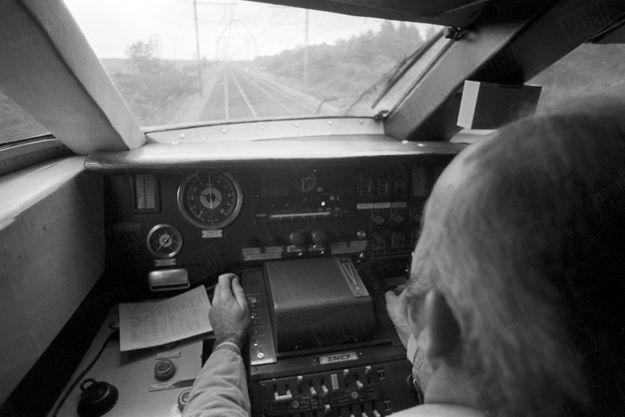 Le conducteur, M. Beffara, dans sa cabine aux commandes du TGV, lors d'essais de vitesse sur la plus longue ligne droite du réseau ferré français, entre Lamothe et Morcenx sur la ligne Bordeaux-Hendaye, en novembre 1977.