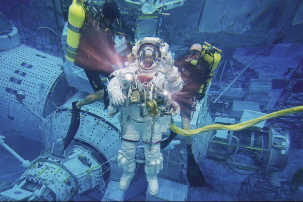 L'astronaute dans un des bassins d'eau de la Nasa, à Houston, destiné à le familiariser avec l'apesanteur dans l'espace.
