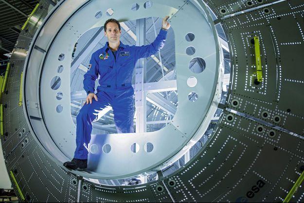 Thomas devant la réplique du module où il va vivre pendant six mois, au Centre européen des astronautes, à Cologne (Allemagne).