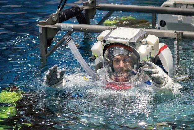 Dans la piscine du Centre européen des astronautes (EAC), à Cologne en juin 2019. Il s'entraîne sur un module immergé, réplique de l'ISS.