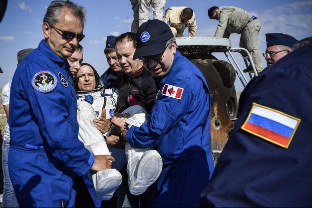 Une équipe porte le Canadien David Saint-Jacques, le 25 juin 2019 au Kazakhstan.