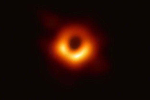La première photo d'un trou noir, dévoilée le 10 avril 2019.