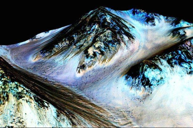 """Ci-dessus, les rayures sombres repérées par Lujendra Ojha ont été baptisées """"recurring slope lineae"""" (RSL), lignes récurrentes sur pentes. Elles attestent de la présence d'eau liquide sur Mars."""