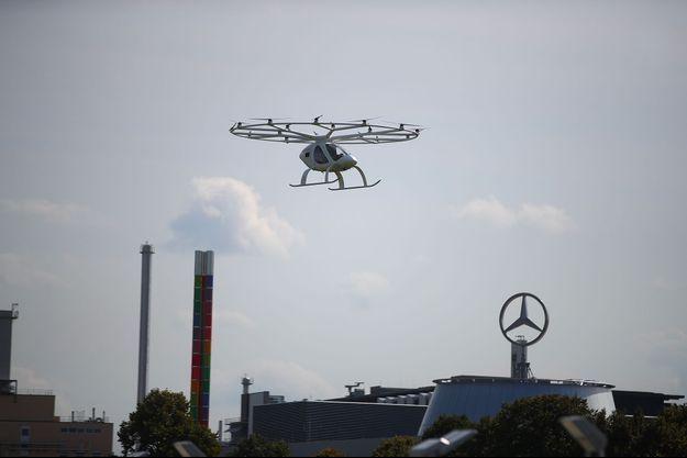 """Le """"2X"""" de Volocopter au-dessus du musée Mercedes-Benz à Stuttgart, en Allemagne, le 14 septembre 2019."""