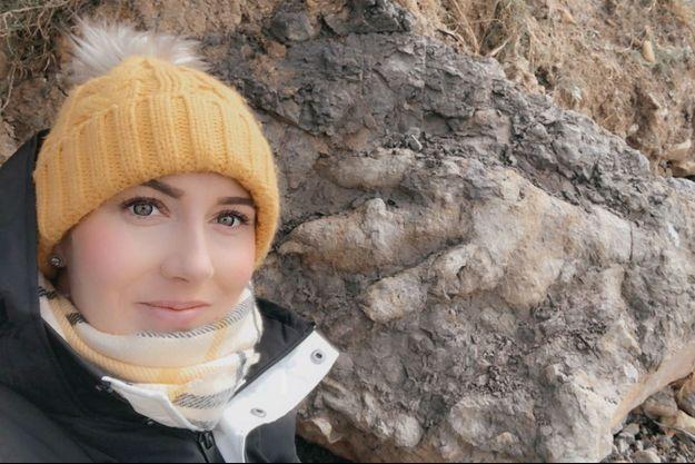 Selfie de Marie Woods avec l'empreinte de dinosaure trouvée dans le Yorkshire.