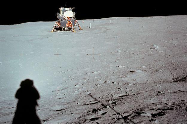 Neil Armstrong photographie la Lune pendant la mission Apollo 11.