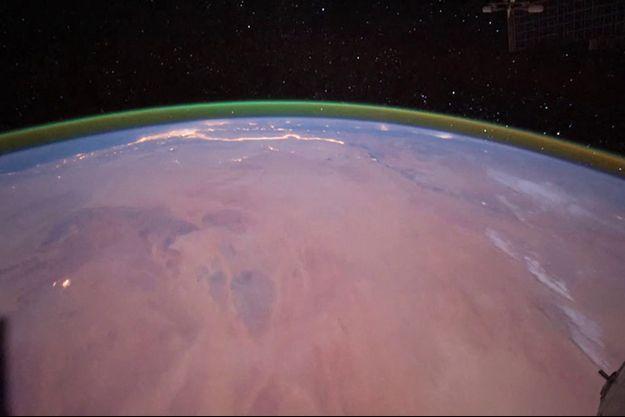 Vue d'artiste de la lueur verte au-dessus de Mars.