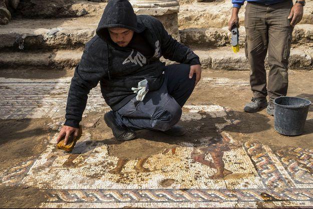 Des archéologues ont découvert une mosaïque antique, le 8 février 2018 en Israël