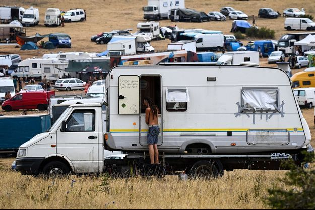 La rave-party illégale s'est déroulée sur le vaste plateau calcaire du causse Méjean, en Lozère.