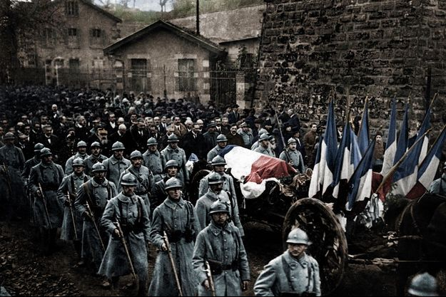 10 novembre 1921, le cercueil passe devant la citadelle de Verdun, tombeau de l'armée française : 300 000 morts et disparus. L'inconnu a été désigné par un jeune soldat, parmi huit cercueils choisis au hasard.